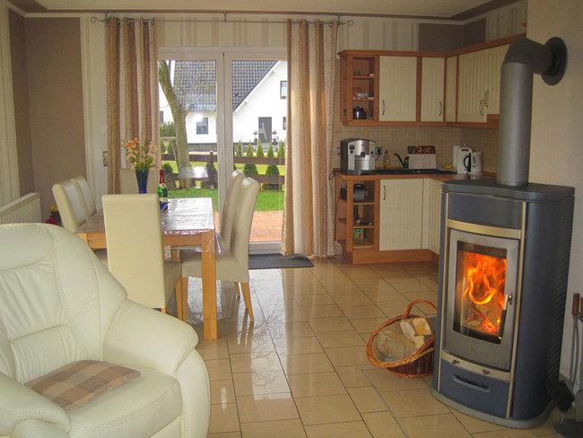 Ferienhaus - Wohn-Esszimmer mit Kamin