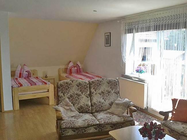 Zimmer mit 2 Betten und Sessel