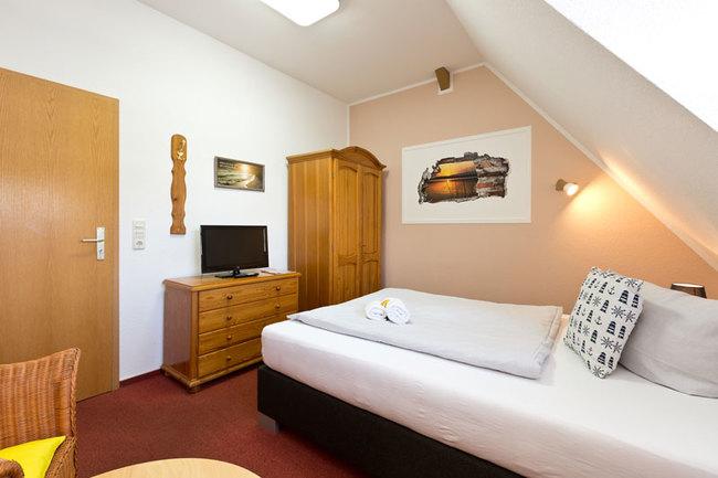 EZ mit Bett, Schrank, Sideboard und TV