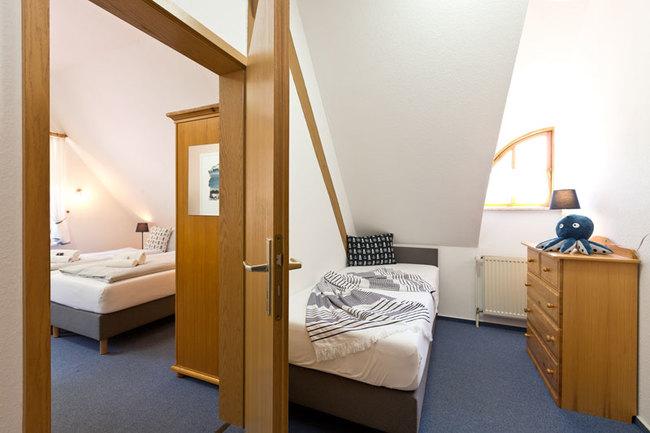 Doppelzimmer mit Tür zum Einzelzimmer