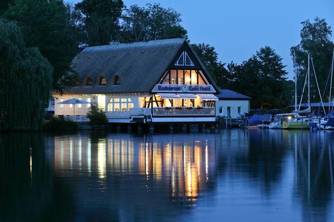 Hotel und Restaurant am Abend
