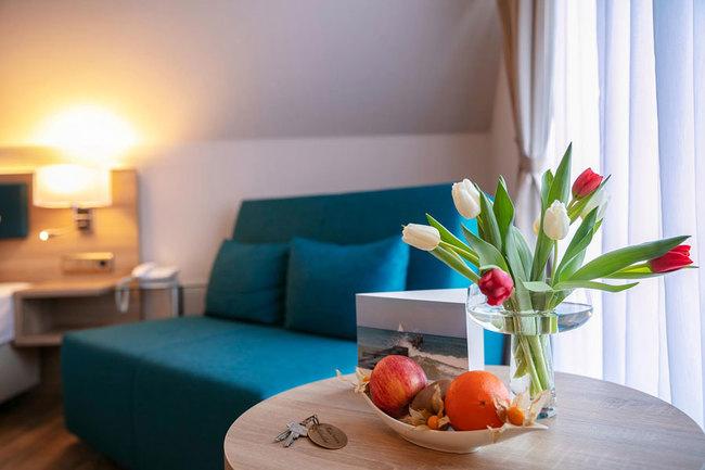 Blumen und Obst auf dem Zimmer