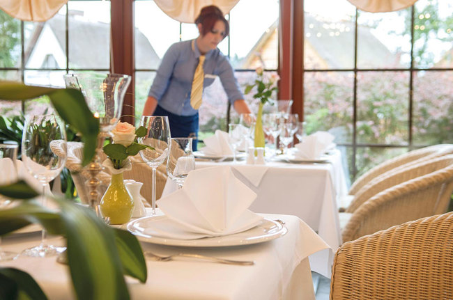 Restaurant mit gedeckten Tischen