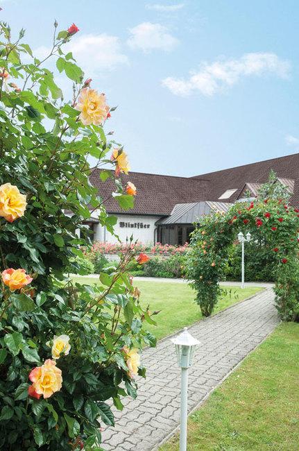 Garten mit Blumenbögen am Hotel