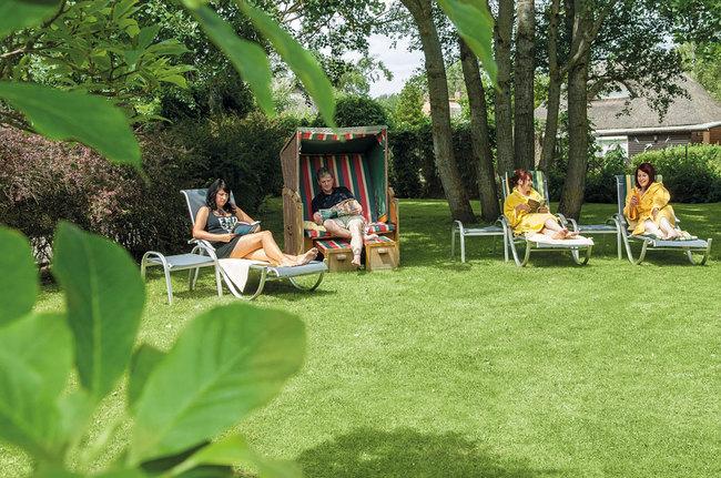 Entspannungsliegen und Strandkorb im Garten