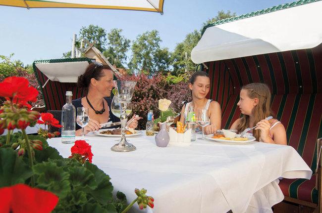 Familie beim Essen auf der Terrasse
