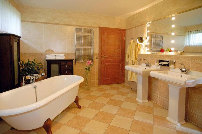 großzügiges Badezimmer mit freistehender Badewanne