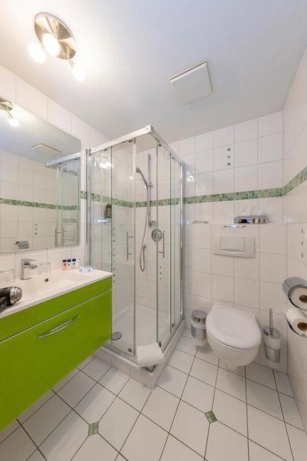 Bad mit Dusche, WC & Waschbecken