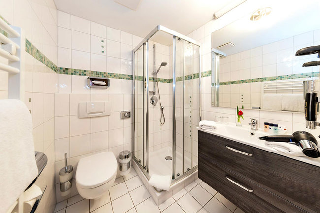 Bad mit Dusche, WC & Waschtisch