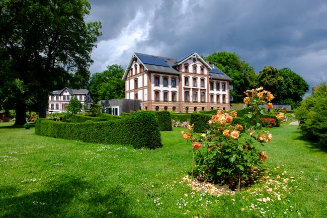 Schaugarten und Hotel am Tiefwarensee in Waren Müritz | © dina - stock.adobe.com