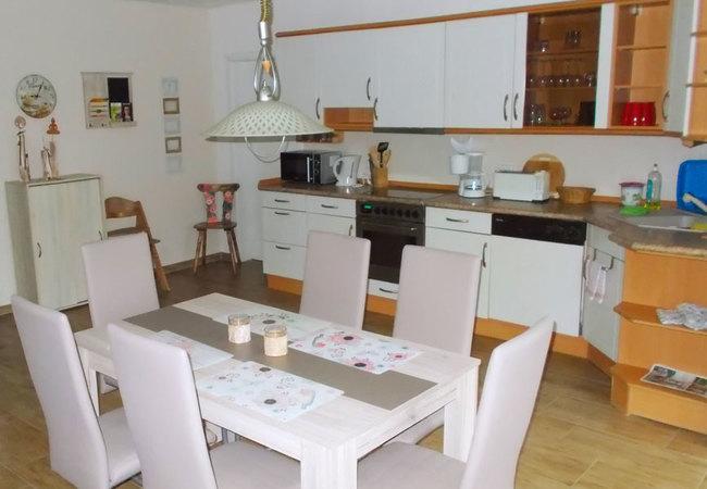 Fewo 1 - Wohnraum mit Esstisch & Küche