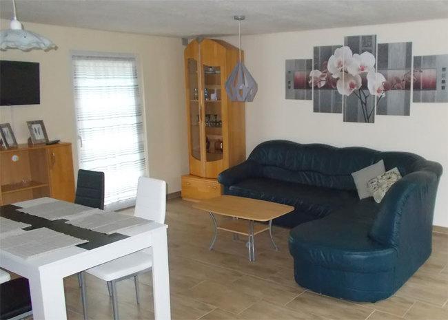 Fewo 2 - gr. Wohnraum mit Esstisch und Couch