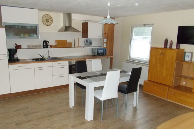 Fewo 2 - gr. Wohnraum mit Esstisch und Küche