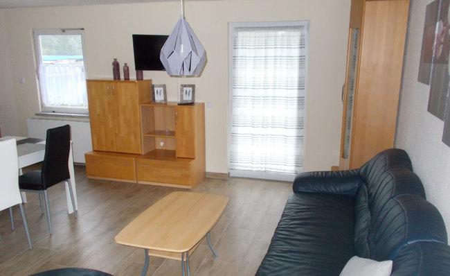 Fewo 2 - Wohnraum mit Couch & TV