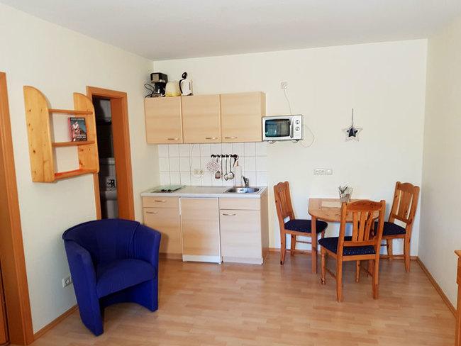 Fewo 1 - Wohnbereich mit Miniküche und Essplatz