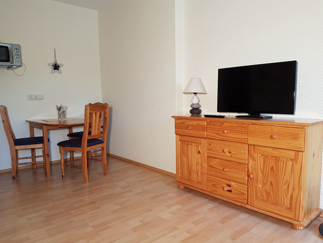 Fewo 1 - Wohnbereich mit Essplatz, Sideboard & TV