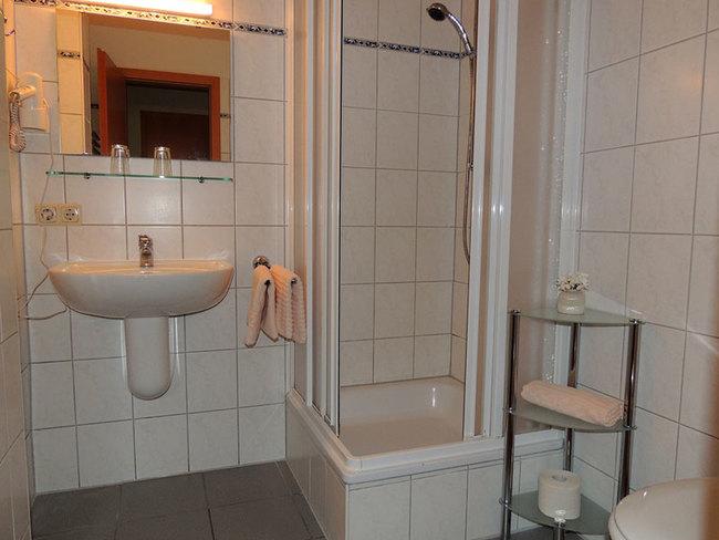 Fewo 6 - Bad mit Dusche, Waschbecken und WC