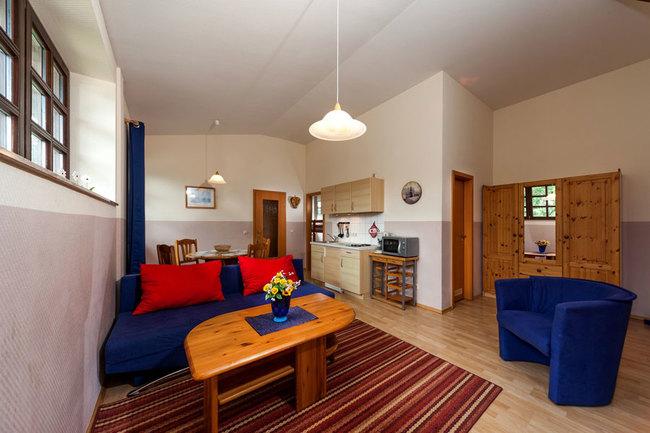 Fewo 6 - Wohnbereich mit Couch, Essplatz und Miniküche