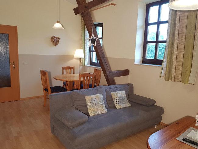 Fewo 7 - Wohnbereich mit Couch und Essplatz