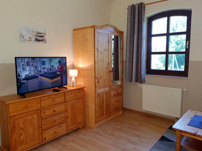 Fewo 8 - Sideboard mit TV und Schrank