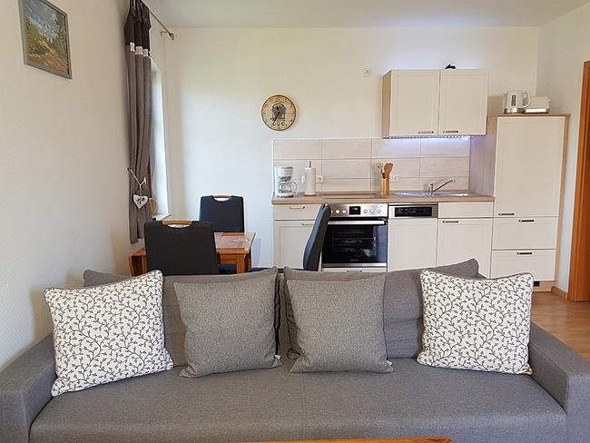 Fewo 3 - Wohnraum mit Couch, Esstisch & Küche