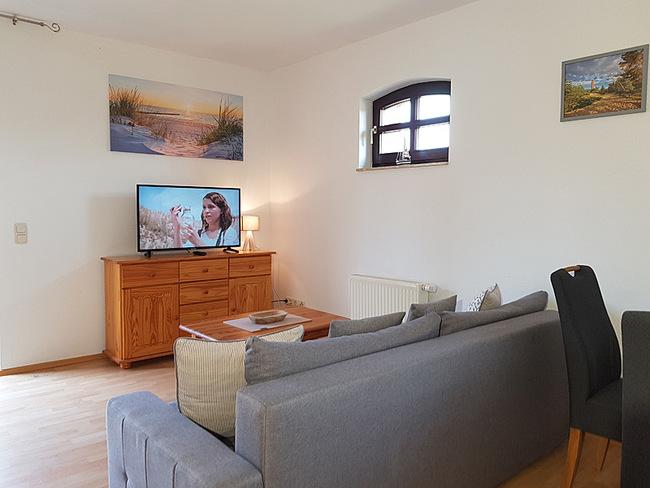 Fewo 3 - Wohnraum mit Couch, Sideboard & TV