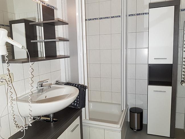 Fewo 3 - Bad mit Dusche, & Waschbecken