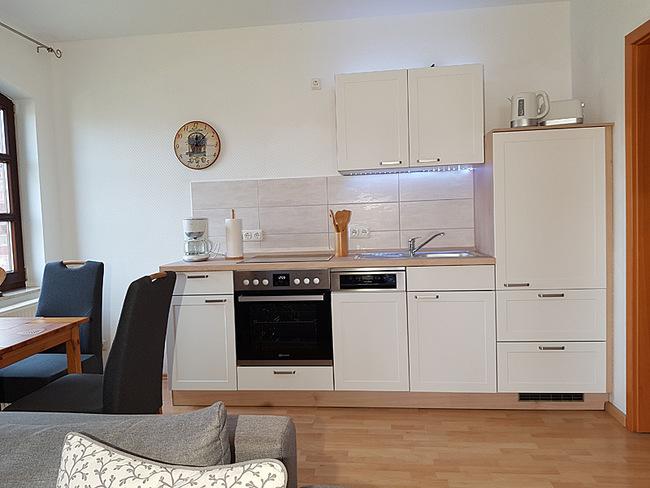 Fewo 3 - Wohnraum mit Küchenzeile & Essplatz