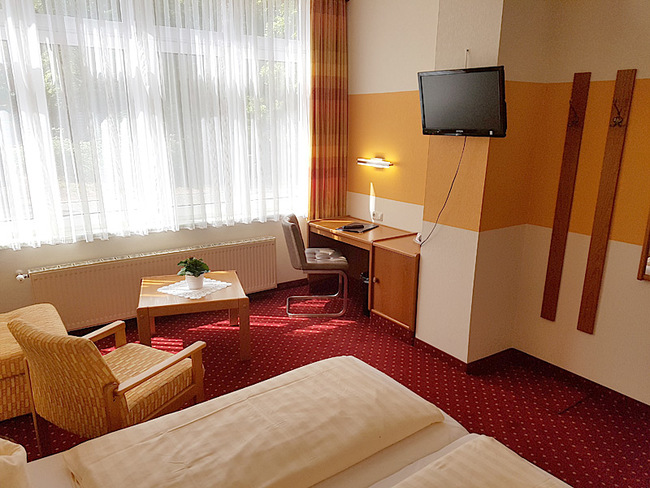 DZ mit Bett, Sitzecke, Schreibtisch & TV