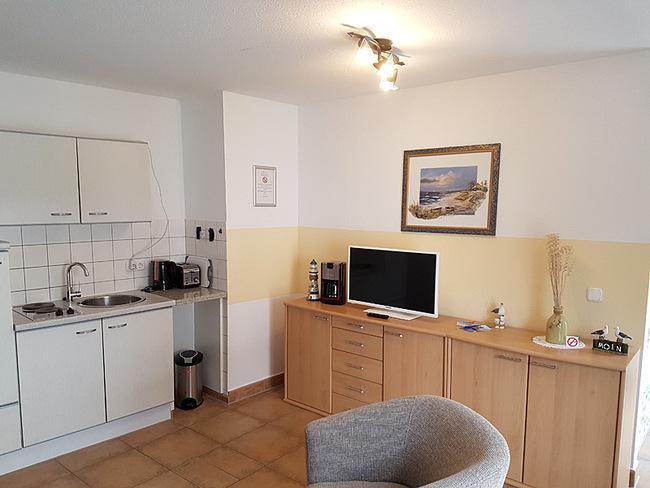 Wohnraum mit Küchenzeile, Sideboard & TV
