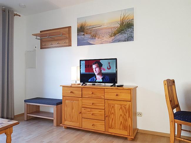 Fewo 2 - Wohnraum mit Sideboard, TV & Garderobe