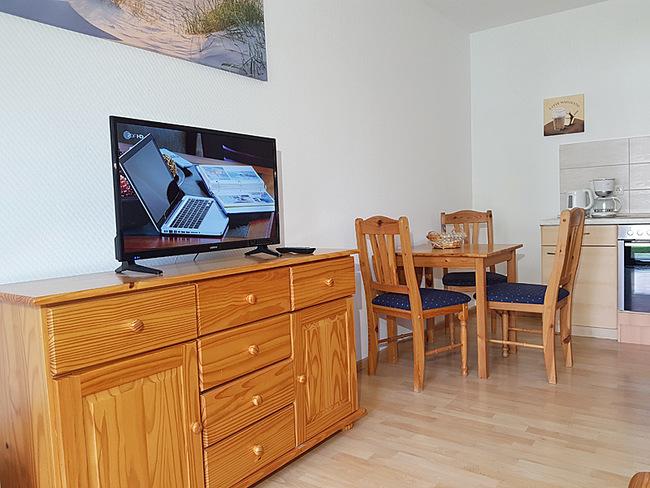 Fewo 2 - Wohnraum mit Sideboard, TV & Essplatz