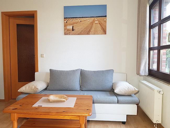 Fewo 2 - Wohnraum mit Couch & Tisch