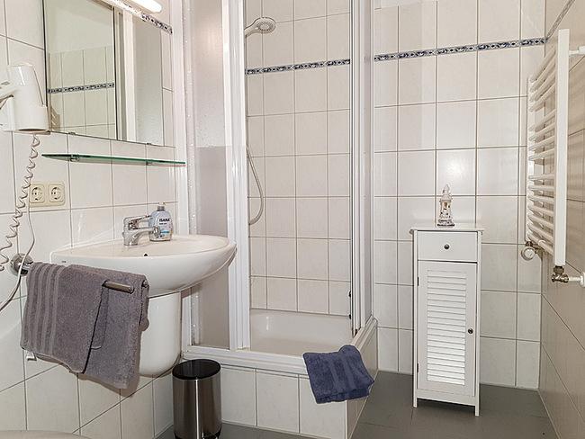 Fewo 2 - Bad mit Dusche & Waschbecken