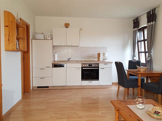 Fewo 4 - Wohnraum mit Küche und Essplatz