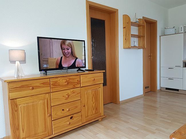 Fewo 4 - Wohnraum mit Sideboard und TV