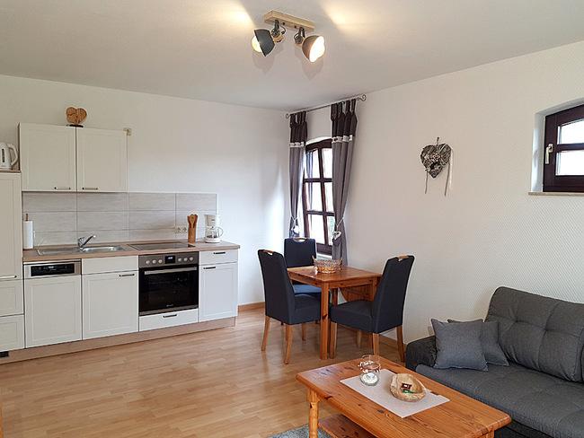 Fewo 4 - Wohnraum mit Couch, Essplatz und Küche