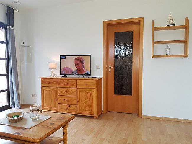 Fewo 4 - Wohnraum mit Couchtisch, Sideboard und TV