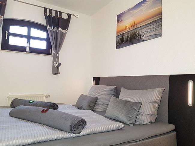 Fewo 4 - Schlafzimmer mit Doppelbett