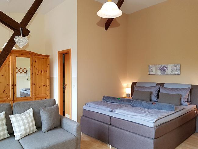 Fewo 9 - Wohnraum mit Doppelbett und Couch