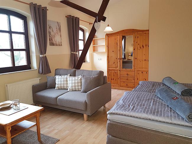 Fewo 9 - Wohnraum mit Bett, Couch und Schrank