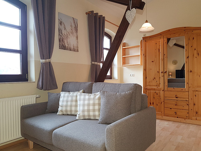 Fewo 9 - Wohnraum mit Couch und Schrank