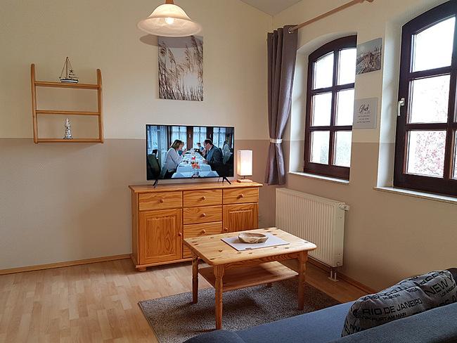 Fewo 9 - Wohnraum mit Couch, Sideboard und TV
