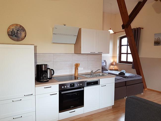 Fewo 9 - Wohnraum mit Küche und Bett