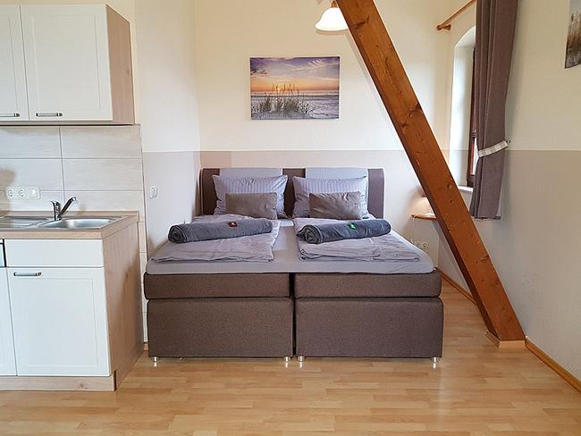 Fewo 9 - Wohnraum mit Küche und Doppelbett