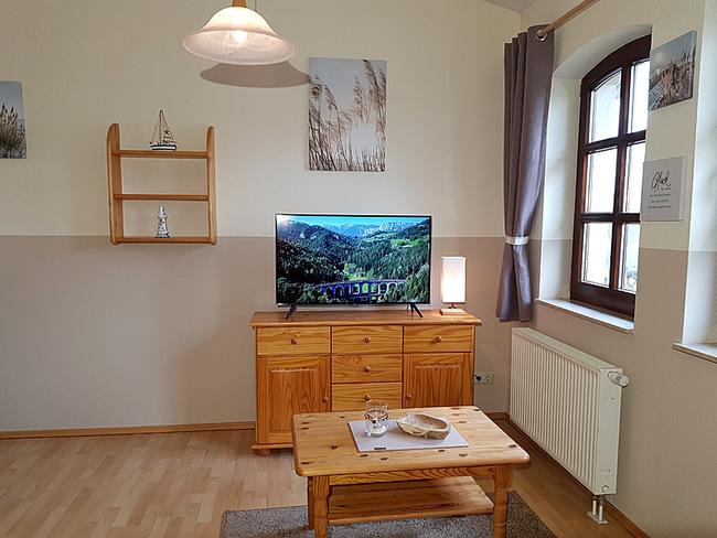 Fewo 9 - Wohnraum mit Sideboard und TV