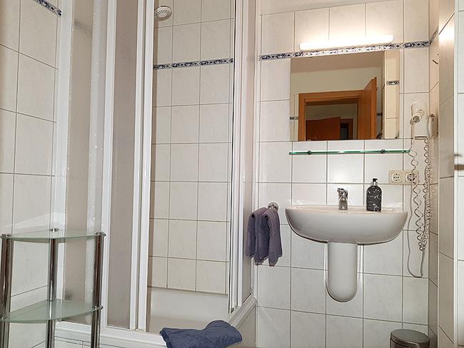 Fewo 9 - Bad mit Waschbecken und Dusche