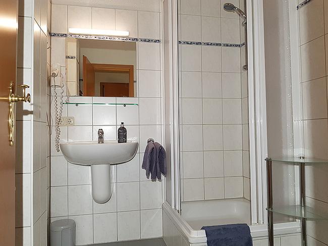 Fewo 10 - Bad mit Dusche und Waschbecken