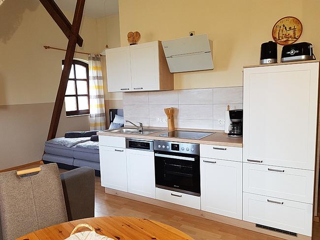 Fewo 10 - Wohnraum mit Küche und Doppelbett