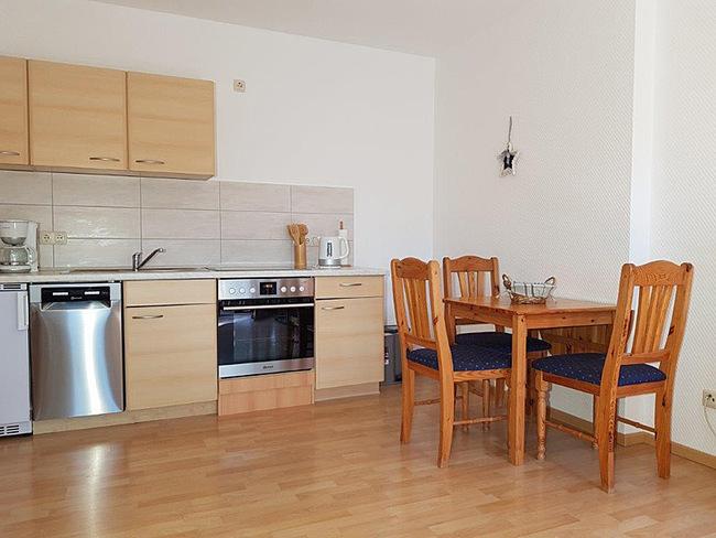 Fewo 5 - Wohnraum mit Küche und Essplatz